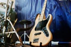 Insieme degli strumenti musicali Basso elettrico e tamburi Immagini Stock Libere da Diritti