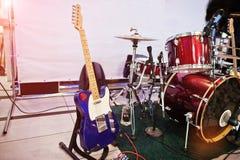 Insieme degli strumenti musicali Chitarra e tamburi Fotografia Stock