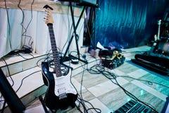 Insieme degli strumenti musicali Chitarra e tamburi Immagine Stock