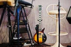 Insieme degli strumenti musicali Chitarra e tamburi Fotografie Stock