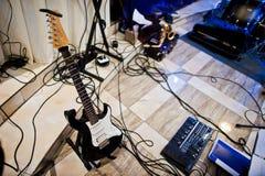 Insieme degli strumenti musicali Chitarra e tamburi Immagini Stock