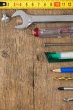 Insieme degli strumenti sulla scheda di legno Fotografia Stock Libera da Diritti