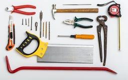 Insieme degli strumenti utilizzati differenti sul piatto bianco immagini stock libere da diritti