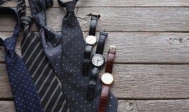 Insieme degli uomini alla moda su fondo di legno rustico Immagine Stock