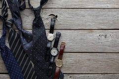 Insieme degli uomini alla moda su fondo di legno rustico Fotografie Stock Libere da Diritti