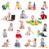 Insieme dei bambini o dei bambini striscianti con i giocattoli Fotografia Stock Libera da Diritti