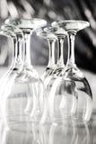 File dei vetri di vino vuoti su fondo vago Fotografie Stock