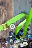 Insieme dei bottoni d'annata con nastro adesivo e la bobina verdi del filo Immagini Stock