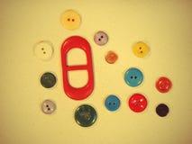 Insieme dei bottoni su tessuto giallo adatto come fondo. Immagine Stock Libera da Diritti