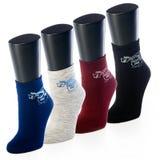 Insieme dei calzini colorati nella striscia sul manichino per lo sport su fondo bianco Fotografia Stock Libera da Diritti