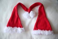 Insieme dei cappelli rossi di Santa Claus isolati su fondo bianco Fotografia Stock