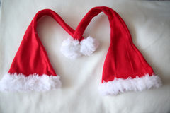 Insieme dei cappelli rossi di Santa Claus su fondo bianco Fotografia Stock Libera da Diritti