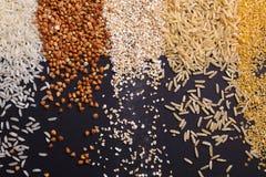 Insieme dei cereali sotto forma di bande verticali su un fondo nero Immagini Stock