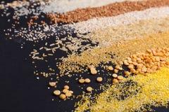 Insieme dei cereali sotto forma di strisce su un fondo nero Immagine Stock