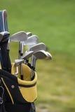 Insieme dei club di golf sopra il campo verde Fotografie Stock Libere da Diritti