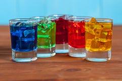 Insieme dei cocktail alcolici su di legno rustico Fotografie Stock