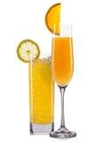Insieme dei cocktail arancio con la decorazione dai frutti e dalla paglia variopinta isolati su fondo bianco Immagini Stock Libere da Diritti