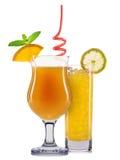 Insieme dei cocktail arancio con la decorazione dai frutti e dalla paglia variopinta isolati su fondo bianco Fotografia Stock