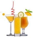 Insieme dei cocktail arancio con la decorazione dai frutti e dalla paglia variopinta isolati su fondo bianco Fotografia Stock Libera da Diritti