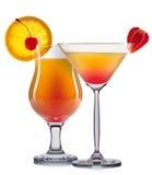Insieme dei cocktail arancio con la decorazione dai frutti e dalla paglia variopinta isolati su fondo bianco Fotografie Stock Libere da Diritti