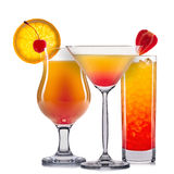 Insieme dei cocktail arancio con la decorazione dai frutti e dalla paglia variopinta isolati su fondo bianco Immagine Stock