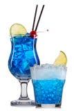 Insieme dei cocktail blu con la decorazione dai frutti e dalla paglia variopinta isolati su fondo bianco Fotografie Stock