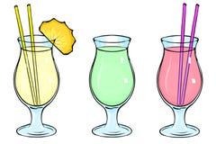 Insieme dei cocktail: Colada di Pina, frullati verdi, frullati della bacca Un vetro di cocktail di vetro Una fetta di ananas, una Immagine Stock