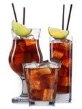 Insieme dei cocktail con la decorazione dai frutti e dalla paglia variopinta isolati su fondo bianco Immagini Stock
