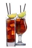 Insieme dei cocktail con la decorazione dai frutti e dalla paglia variopinta isolati su fondo bianco Immagine Stock Libera da Diritti