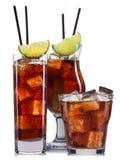 Insieme dei cocktail con la decorazione dai frutti e dalla paglia variopinta isolati su fondo bianco Fotografia Stock