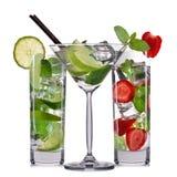 Insieme dei cocktail di mojito con la menta, la calce e la fragola isolate su fondo bianco Fotografie Stock