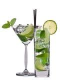 Insieme dei cocktail di mojito con la menta, la calce e la fragola isolate su fondo bianco Fotografia Stock