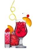 Insieme dei cocktail rossi con la decorazione dai frutti e dalla paglia variopinta isolati su fondo bianco Immagini Stock