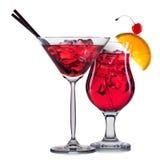 Insieme dei cocktail rossi con la decorazione dai frutti e dalla paglia variopinta isolati su fondo bianco Fotografia Stock