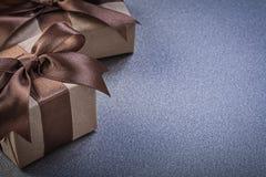 Insieme dei contenitori di regalo in carta da imballaggio marrone su fondo grigio cel Fotografia Stock