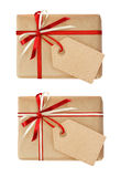 Insieme dei contenitori di regalo con l'arco del nastro e un'etichetta Fotografia Stock