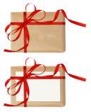 Insieme dei contenitori di regalo con l'arco rosso del nastro e un'etichetta Fotografia Stock