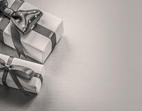 Insieme dei contenitori di regalo sul concetto blu di feste del fondo Fotografie Stock