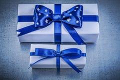 Insieme dei contenitori di regalo sul concetto metallico di celebrazioni del fondo Fotografia Stock