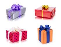 Insieme dei contenitori di regalo variopinti con gli archi, isolato su fondo bianco Fotografie Stock