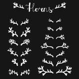Insieme dei corni disegnati a mano dei cervi bianchi sui precedenti neri, siluetta dei corni royalty illustrazione gratis