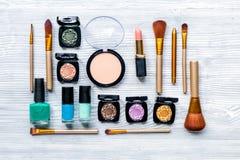 Insieme dei cosmetici decorativi sulla vista superiore del fondo di legno della tavola Immagine Stock Libera da Diritti