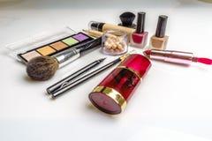 Insieme dei cosmetici, degli strumenti di trucco e dell'accessorio decorativi su fondo bianco Concetto professionale di bellezza, illustrazione vettoriale