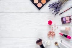 Insieme dei cosmetici per le donne con il modello bianco di vista superiore del fondo della lavanda Fotografia Stock