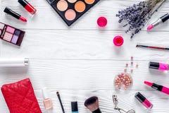 Insieme dei cosmetici per le donne con il modello bianco di vista superiore del fondo della lavanda Fotografia Stock Libera da Diritti