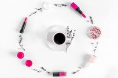 Insieme dei cosmetici per le donne con il modello di vista superiore del fondo dell'ufficio della lavanda Immagini Stock
