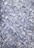 Insieme dei cubetti di ghiaccio e del ghiaccio tritato come fondo Fotografia Stock Libera da Diritti