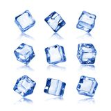 Insieme dei cubetti di ghiaccio isolati su fondo bianco Fotografie Stock Libere da Diritti