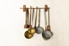 Insieme dei cucchiai d'annata e degli strumenti della cucina Fotografia Stock Libera da Diritti