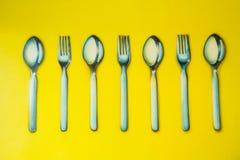 Insieme dei cucchiai sul fondo della parete Fotografia Stock Libera da Diritti